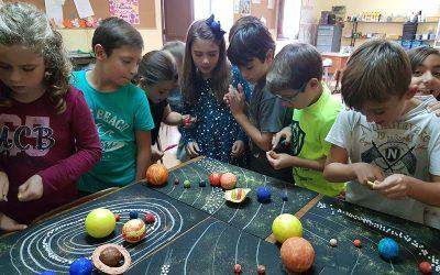 """Los alumnos de 4º de primaria pasan una tarde especial y """"espacial"""" con los más pequeños del colegio"""