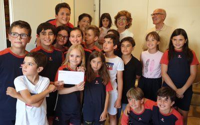 Los comuniantes de este año 2019 entregan su donativo a Cáritas.